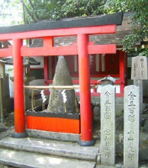 石に願いを込めて「車折神社」